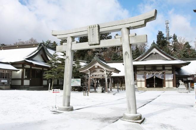 il-tempio-di-ishizuchi-innevato