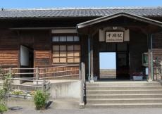 Aspettando il treno alla stazione di Chiwata